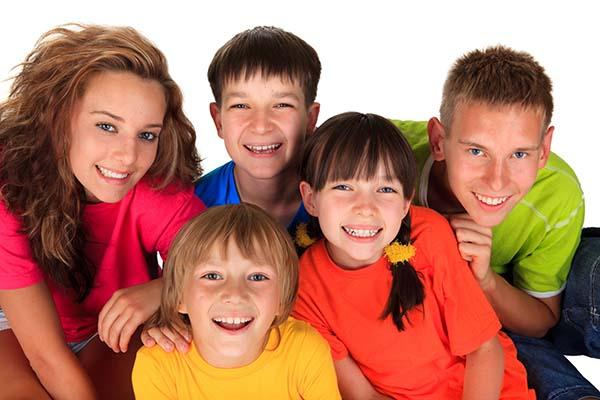 Niños y adolescentes estudiantes de la academia de inglés